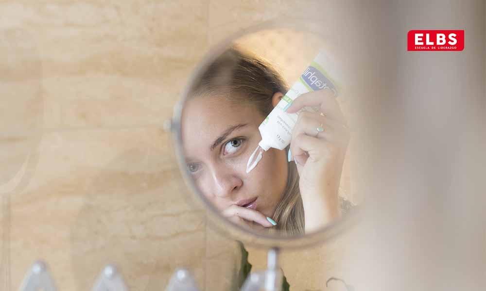 Cómo seguir una rutina facial diaria paso a paso
